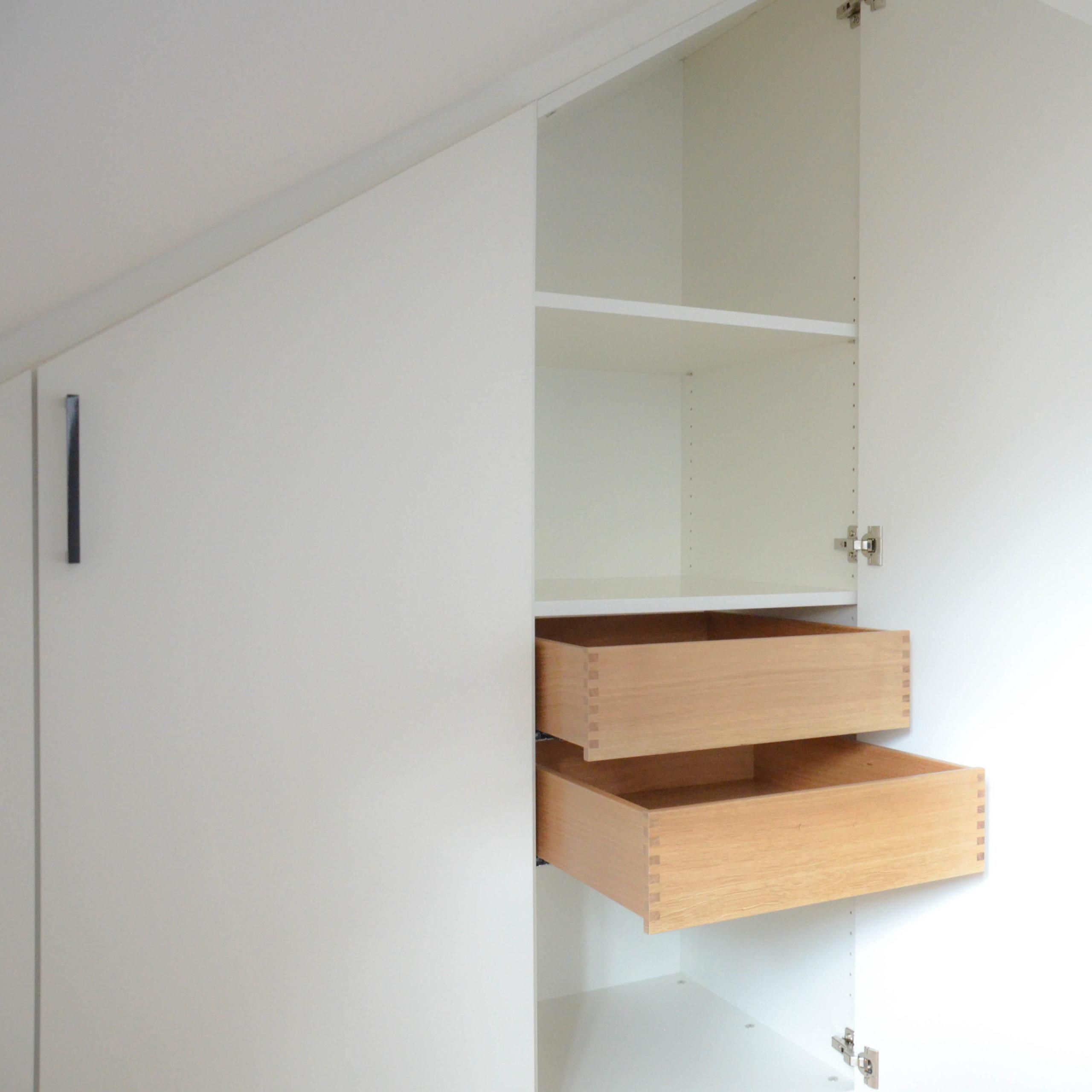 Dachschrägenschrank Schubladen in weiß mit zwei Türen
