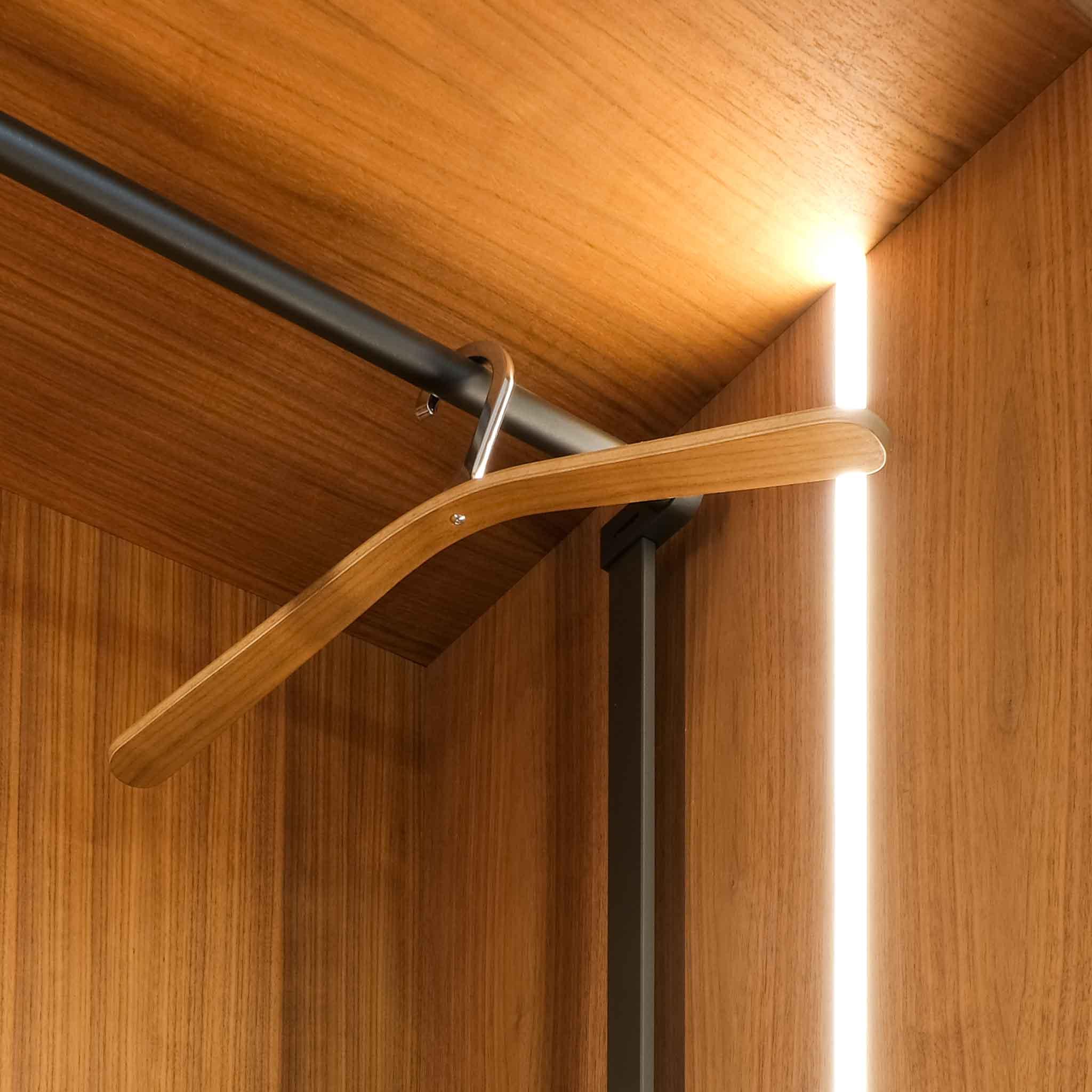 Kleiderbügelhalterung im Dachscrägenschrank